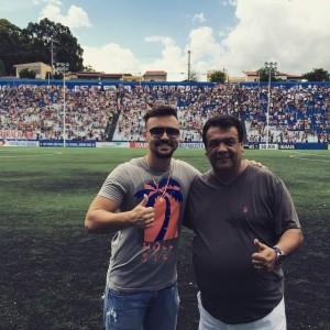 Secretário de esportes Fábio Fernandes no estádio municipal ao lado do pai e prefeito Fernando. (Foto: Reprodução)