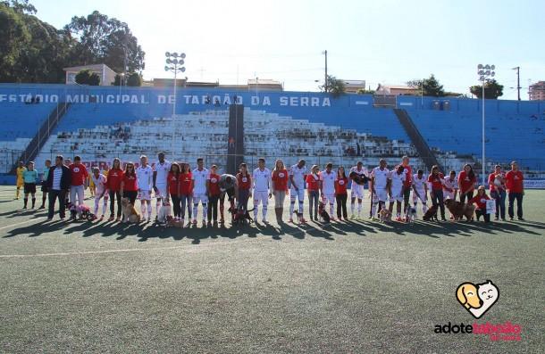 Jogadores do Taboão da Serra entraram em campo com animais que estão no CCZ para adoção. (Foto: Reprodução)