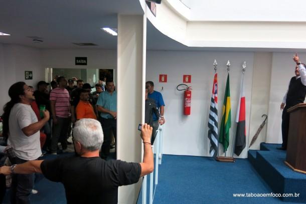 Após discutir com vereador Marco Porta, munícipe é retirado da galeria pela GCM.
