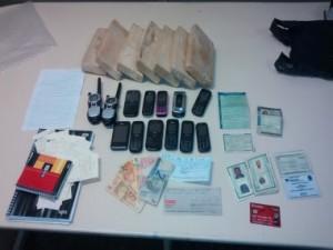 Drogas, documentos falsos e dinheiro foram apreendidos durante a ação. (Foto: Divulgação / SSP)