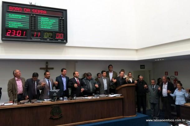 Religiosos e vereadores rezam após aprovação do Plano Municipal de Educação.