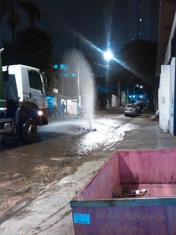 Moradora registra vazamento de água no Jardim das Oliveiras. (Foto: Reprodução)