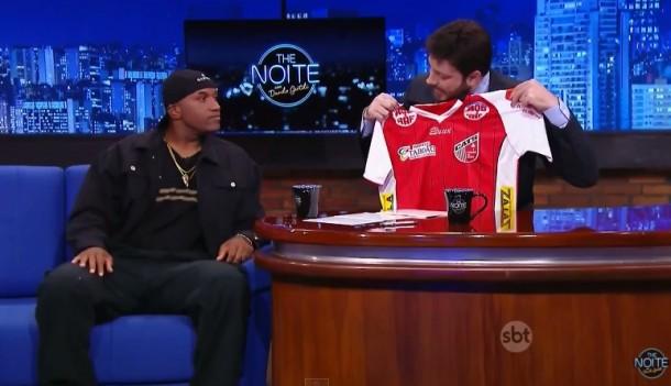 Craque do Cats Viola concede entrevista ao apresentador Danilo Gentili, do The Noite, no SBT. (Foto: Reprodução)