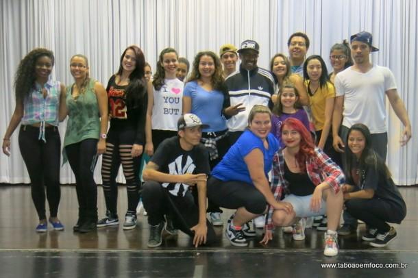 Alunos da Escola de Bailado de Taboão da Serra posam para foto com Kurtis Blow.
