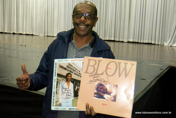 DJ Ademir exibe LPs com autógrafos do rapper Kurtis Blow.
