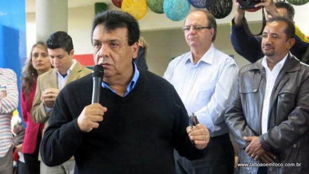 Em seu discurso, prefeito Fernando destaca a importância da educação.