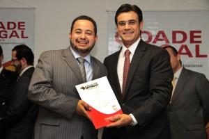 Documentação foi entregue para o diretor da Regularização Fundiária de Taboão, Dr. Márcio Alfredo (Foto: DEANGELO / Divulgação)