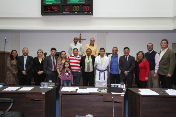 Karateca é homenageado na Câmara de Taboão da Serra. (Foto: Cynthia Gonçalves / CMTS)