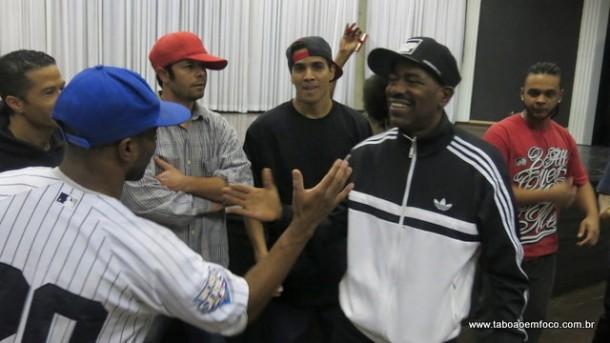 Após apresentação, Kurtis Blow cumprimenta alunos.