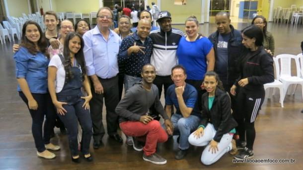 Kurtis ao lado do secretário de cultura Laércio Lopes (azul claro) e professores da secretaria de cultura.