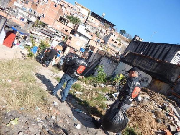 Motociclistas carregam sacolas com agasalhos para doação em comunidade carente de Taboão da Serra. (Foto: Divulgação)