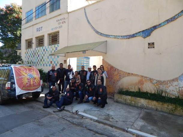 Após doação, motociclistas posam para foto em frente a ADT. (Foto: Divulgação)