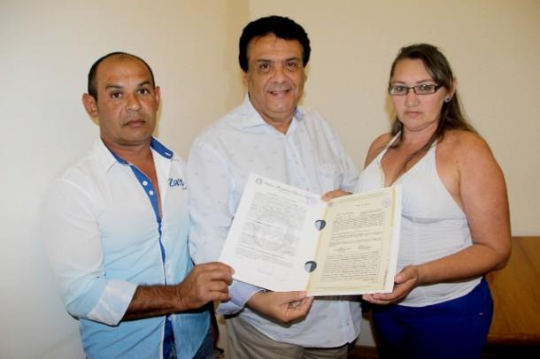 Prefeito Fernando Fernandes entrega escrituras para moradores do Jd. Saint Moritz I