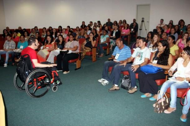 """Boudakian abordou o tema """"Aprendendo a Viver"""" para os educadores de Taboão da Serra (Foto:  Charles Eliseu / PMTS)"""