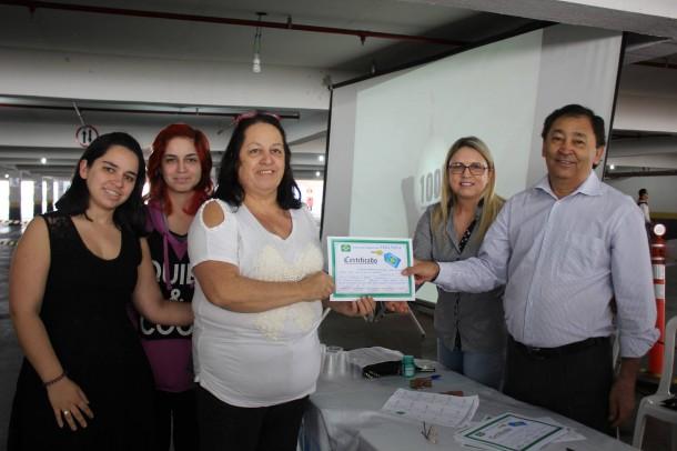 Família comemora a conquista do apartamento no Grupo 5 entregue pelo presidente Aprígio ao lado da vereadora e esposa Luzia. (Foto: Vera Lima).