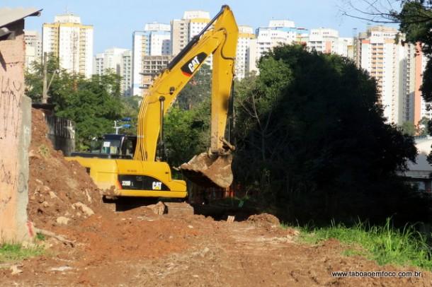 Máquina utilizada por empresa na canalização do Córrego Poá.