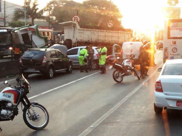 Caminhão chegou a atravessar a mureta que divide as duas pistas. (Foto: Reprodução / Rádio SulAmérica Trânsito / Ouvinte João Pereira)