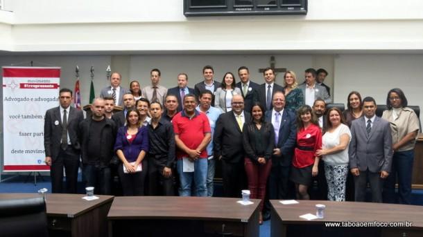 Advogados, formandos e políticos posam para foto após palestra na Câmara de Taboão da Serra.