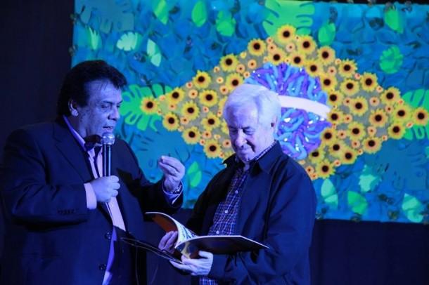 Antonio Carlos Fenolio recebe livro do prefeito Fernando