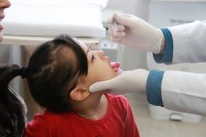 Criança recebe vacina em Taboão da Serra. (Foto: Vagner Hernandez / PMTS).