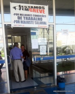 Faixa na frente do INSS Taboão avisa que agência está em greve.