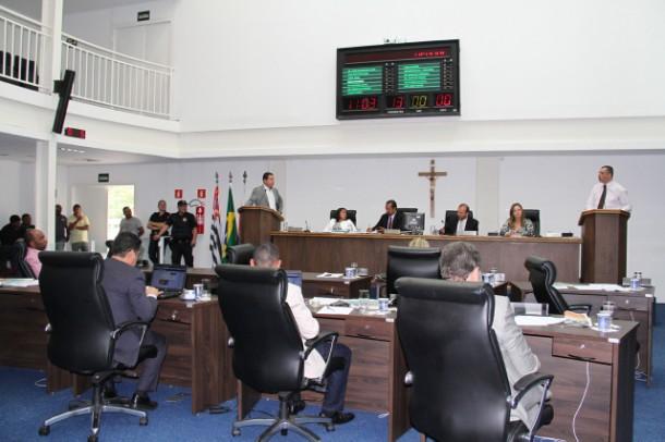 Vereadores de Taboão da Serra durante sessão que aprovou quatro projetos e rejeitou pedido de afastamento do prefeito. (Foto: Cynthia Gonçalves / CMTS)