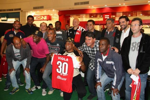 Ex-jogadores exibem camisa comemorativa aos 30 anos do CATS  (FOTO: Reprodução/Facebook)