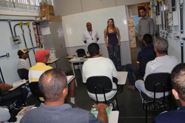 Secretaria de Desenvolvimento Laura Favero fez a aula inaugural do curso profissionalizante (Foto: Charles Eliseu / PMTS)