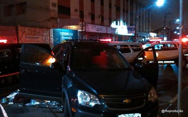 Tentativa de assalto acaba com três mortos em Taboão, na divisa com São Paulo.