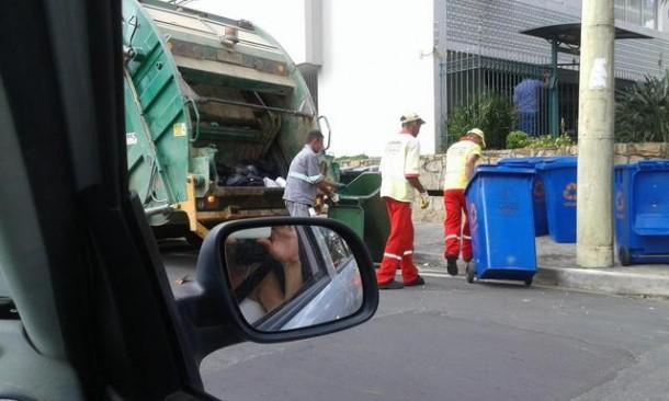 Moradora de São José dos Campos flagra garis com uniformes de Taboão da Serra recolhendo o lixo em sua cidade. (Foto: Reprodução)