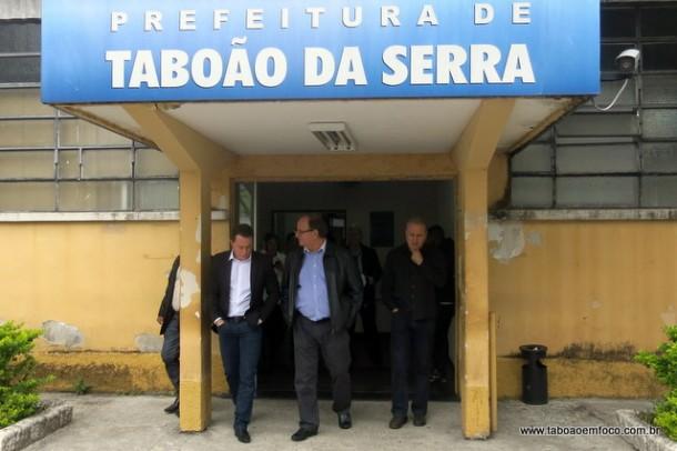 Fábio Teruel saindo da sede da Prefeitura após reunião com o prefeito Fernando Fernandes.