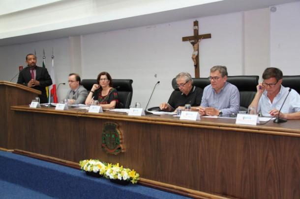 Mesa com os palestrantes do Fórum de Acessibilidade, Inclusão e Cidadania realizado na Câmara de Taboão da Serra.