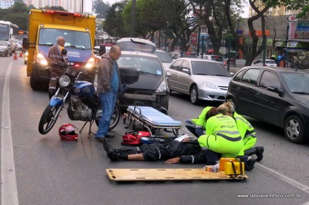 Homem recebe atendimento após acidente na Régis Bittencourt.
