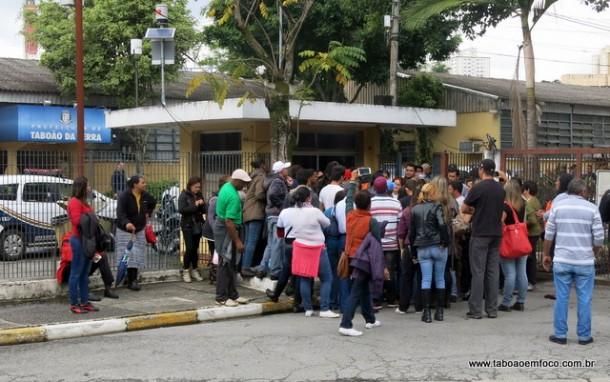 Integrante de movimento de moradia em frente a Prefeitura de Taboão da Serra.