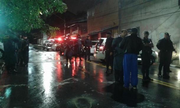 Grupo protestou na rua do prefeito e pediu liberação de alvará de construção. (Foto: Reprodução / Facebook Eduardo Rijo)