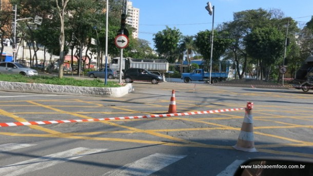 Motorista precisam realizar desvio para conseguir atravessar a Rodovia Régis Bittencourt
