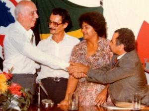 Victor Zachanini cumprimenta o ex-deputado Ulysses Guimarães na fundação do PMDB em Taboão da Serra, em 1980. (Foto: Blog Bar & Lanches Taboão). da ex-vereadora Adalgisa Pinheiro  e o ex-vereador Victor Zachanini