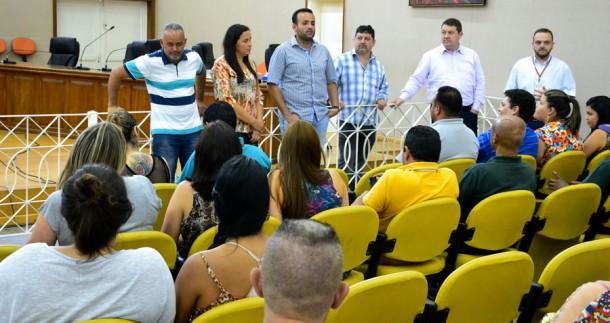 Vereadores de Embu das Artes informam aos servidores que eles terão reajuste salarial. (Foto: Divulgação / CMETEA)