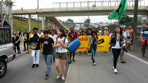 Sob protesto, estudantes fazem caminhada na rodovia Régis Bittencourt (Foto: Reprodução/Facebook)
