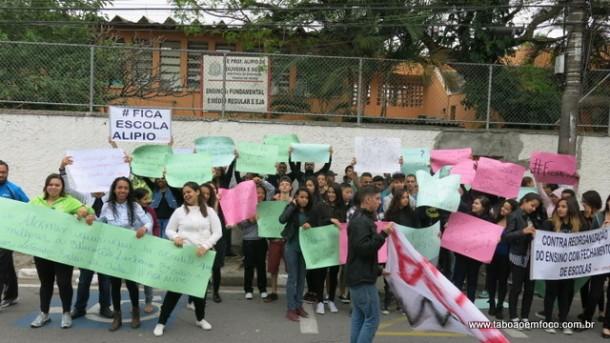 Alunos protestaram em frente a escola que deve fechar em Taboão da Serra, segundo o projeto.