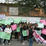 No início do mês, alunos protestaram em frente a escola após a notícia do fechamento. (Foto: Arquivo).