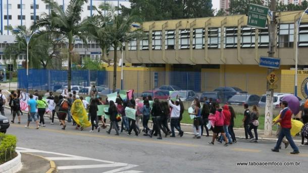 Alunos caminham em direção a região central para protestar contra o fechamento de escolas. Medida será adotada através da proposta de reorganização do governador Geraldo Alckmin.