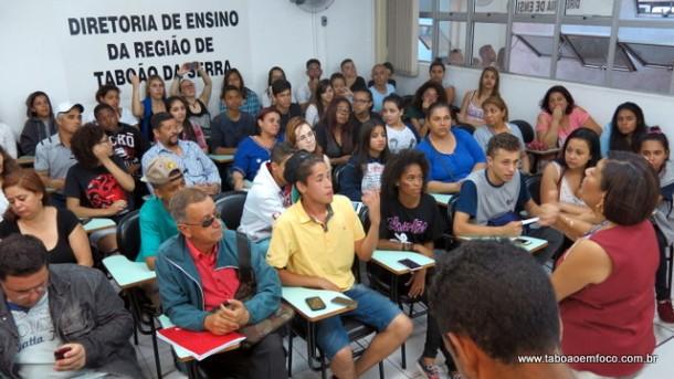 Alunos e a diretora de ensino Maria das Mercês em reunião sobre a reorganização que terminou sem acordo.