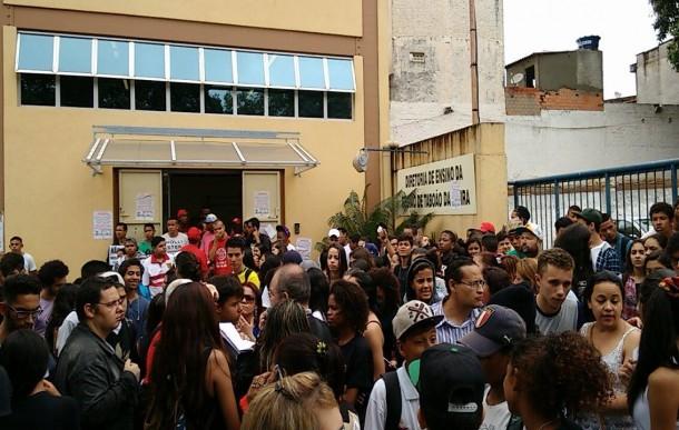 Após caminhada pela BR, alunos chegaram até a sede da Diretoria de Ensino (FOTO: Taboão em Foco)