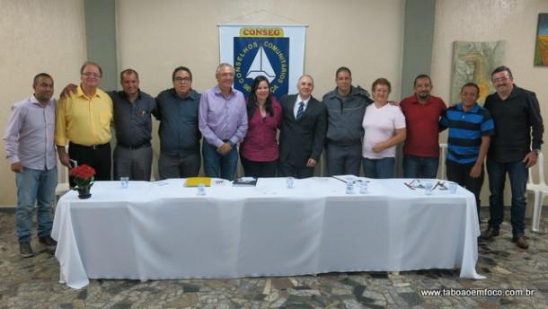 Ao lado de políticos e autoridades policiais, nova diretoria do Conseg Pirajuçara posa para fotos.