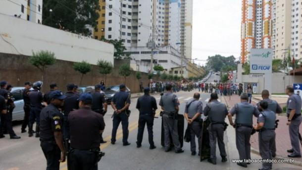Policiais e trabalhadores ficam frente a frente durante protesto em Taboão. Eles reclamam que a Prefeitura proibiu estacionar em frente a centro de ensino, local que estacionam os seus veículos.
