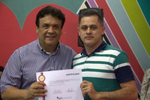 Prefeito Fernando Fernandes entrega certificado a um dos 65 alunos da Escola da Construção Civil. (Foto: Divulgação / PMTS)