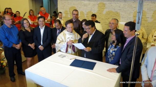Fernando Fernandes assina durante missa no Santuário Santa Terezinha a lei que cria o feriado do 'Amor Misericordioso de Deus'.