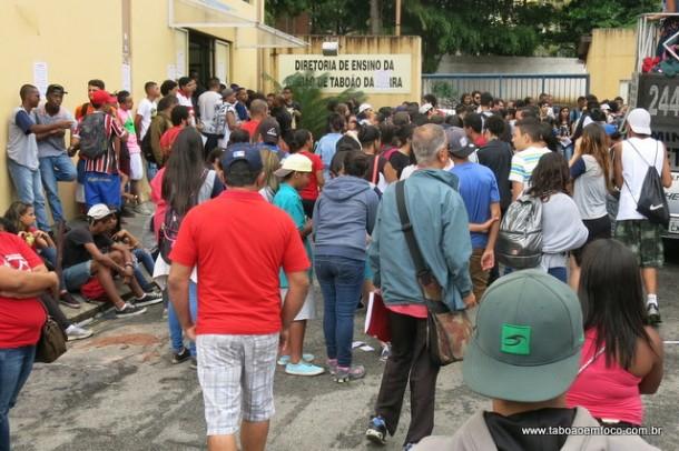 Manifestantes em frente a Diretoria de Ensino de Taboão da Serra contra o projeto de reorganização escolar.