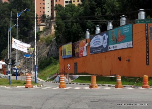 Circulação de veículos na Rua José Carlos Soares de Macedo é interditada para realização de obra no Córrego Pirajuçara.